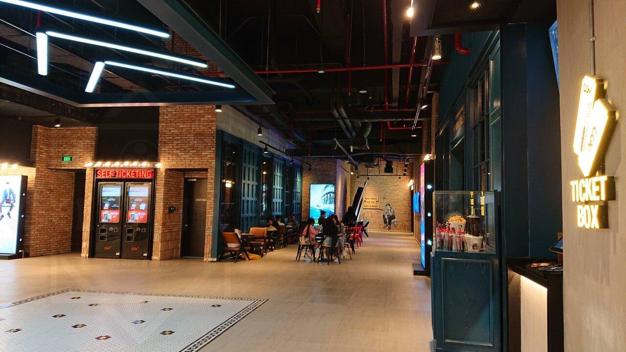Ghế ngồi chờ được bố trí ở đối diện lối vào phòng IMAX (bên phải ảnh) - CGV Vincom Landmark 81