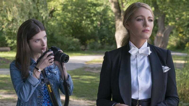 Emily cảnh cáo Stephanie rằng cô không nên tự tiện chụp ảnh - A Simple Favor (Lời thỉnh cầu bí ẩn)